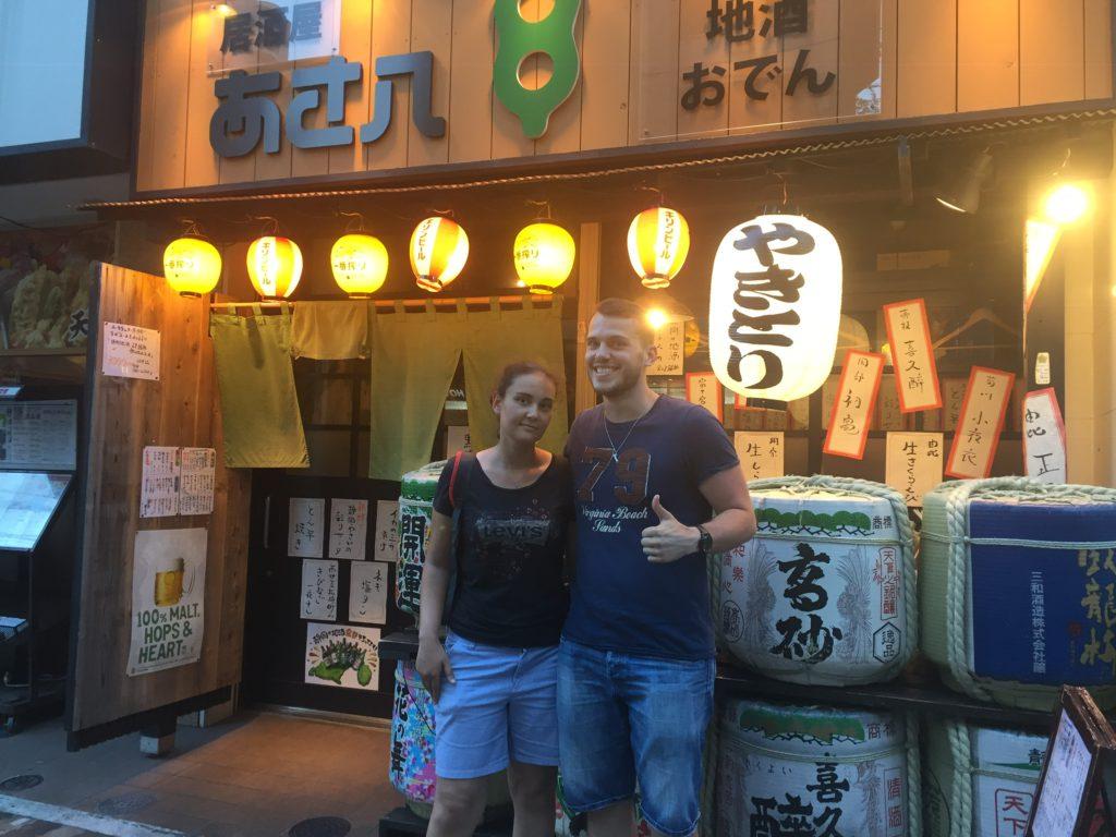 静岡の居酒屋を楽しむフランス人ご夫婦 A couple who are enjoying a local izakaya in Shizuoka