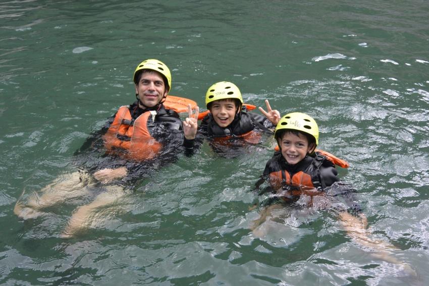 富士川でのラフティングを楽しむフランス人親子 A French family enjoying rafting at Fujikawa river